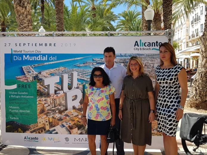Mari Carmen Sánchez posando en la Explanada con el cartel promocional del Día del Turismo / Alex Ferrer