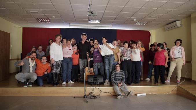 Mario Verona y la Asociación Amafi graban un videoclip musical. Foto del Facebook oficial de Mario Verona