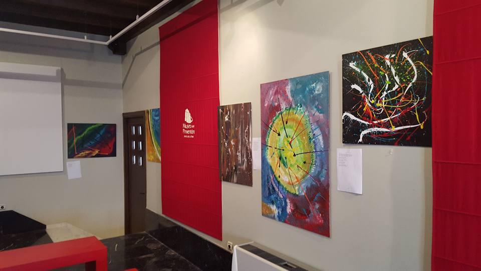 """Exposición de pintura abstracta """"Caída Flotante"""" que está en el Museo del Pimentón.  Fotos de Luis Miguel Nuñez"""
