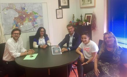 Presentación del proyecto Mujer olvidada al alcalde de Jaraíz