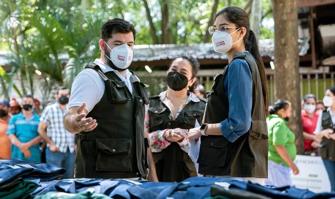 Geraldine Ponce acudió al Parque Ecológico y le otorgó a los trabajadores las herramientas para sus labores
