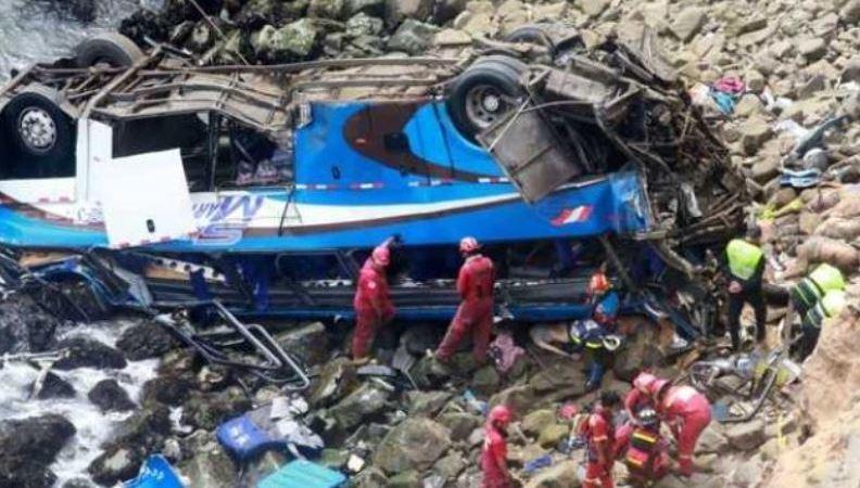 muertos, accidente, Perú,, precipicio,