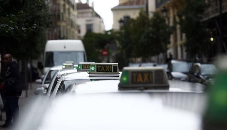 detenidas, personas, estafar, euros, compraventa, licencia, taxi,