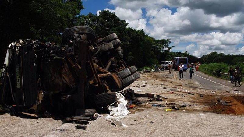 fallecen, personas, colisión, camión, autobús, Brasil,