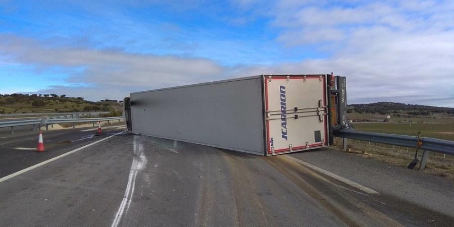 vuelca, camión, cargado, fresas, A-66, Salamanca,
