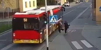 broma, amiga, autobús, atropello, chica,