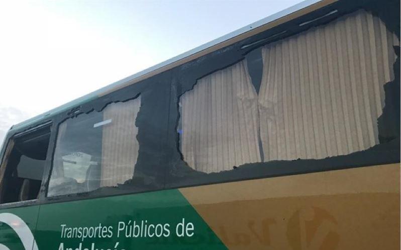 Denuncian una salida de vía de un autobús escolar cuyo conductor decidió seguir camino
