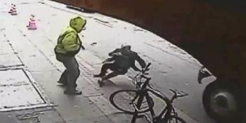 empuja, robar, hombre, camión, atropellado, vídeo,