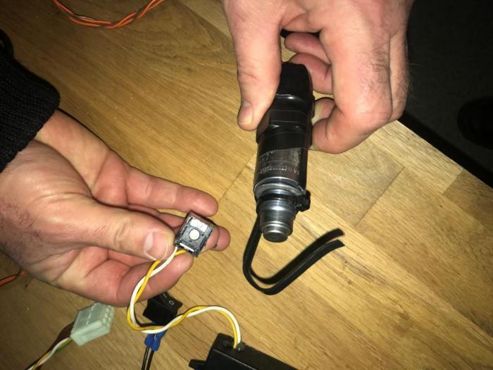 Localizado un sofisticado sistema de manipulación del tacógrafo. Fotos