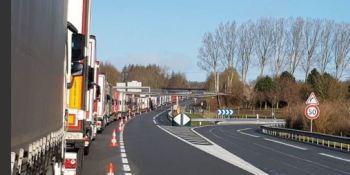 huelga, oficiales, aduanas, provoca, retenciones, camiones, Eurotúnel, Calais,