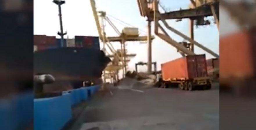 carguero, fuera, control, choca, muelle, derriba, grúa, contenedores, vídeo