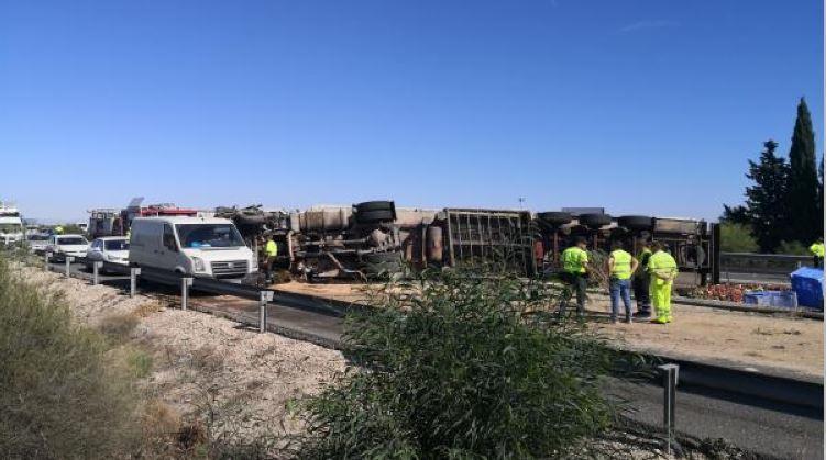 herida, mujer, accidente, volcar, camión, A-7,