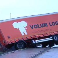Un camionero pierde el control del vehículo y casi cae al recinto de una empresa. Vídeo