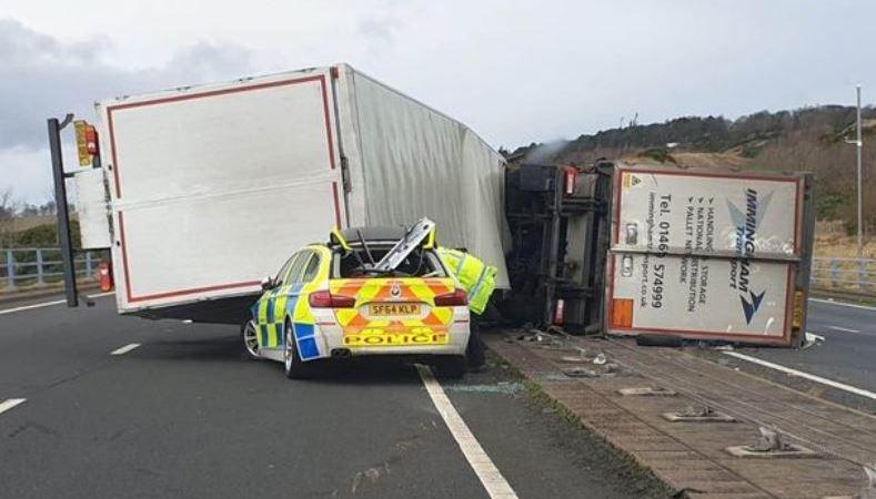 camión, vuelca, coche policía, Escocia,