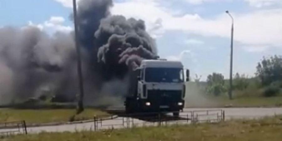 Un camión sigue circulando como si nada mientras arde la carga.