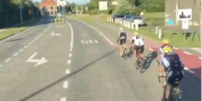 Una camionera se toma con humor que haya ciclistas en al carretera