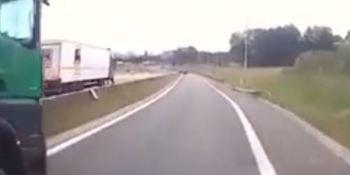 Un camionero echa a otro de la carretera en una peligrosa maniobra.