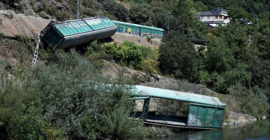 La Xunta de Galicia propone multar a Adif con 35.000 euros por tirar los vagones al Sil