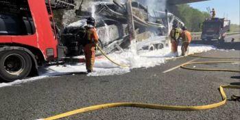 Cortada la A-49 a la altura de Isla Cristina (Huelva) por el incendio de un portacoches