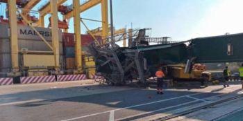 Un herido grave al derribar un barco una grúa en el Puerto de Valencia.