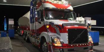 Multan a un camionero que circulaba con un camión americano con demasiadas luces.