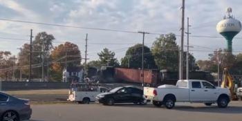 Un tren de mercancías choca contra un camión en un paso a nivel