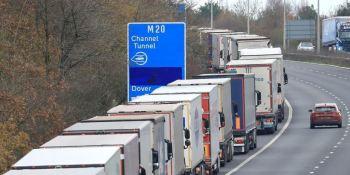 Largas colas en la M20 en Inglaterra por los controles en el Eurotunel