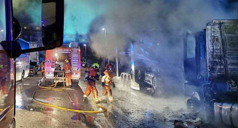 Arden dos camiones estacionados en Catarroja