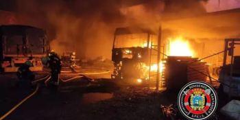 Arden 5 cabezas tractoras y 4 semiremolques aparcados en Camargo