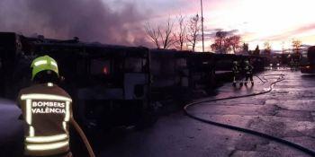 Controlado el incendio en las cocheras de la EMT Valencia que calcina 16 vehículos y afecta a otros 7