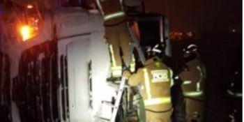Rescatado un camionero al salirse de la carretera y volcar el camión en Caravaca de la Cruz