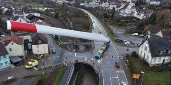 Imágenes del camión que transporta una enorme pala de aerogenerador