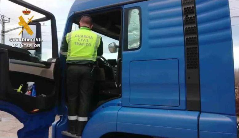 Inmovilizado un camión por varias infracciones y positivo en drogas de su conductor
