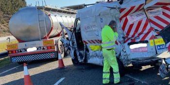 Dos heridos en el accidente entre un camión y una furgoneta en la A-52