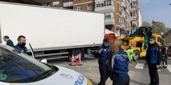Un camión pierde los frenos y se estrella en la plaza de los Reyes Magos de Madrid