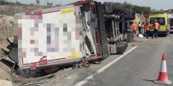 Fallece el conductor de un camión en un vuelco en la N-122