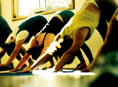 practicar yoga,