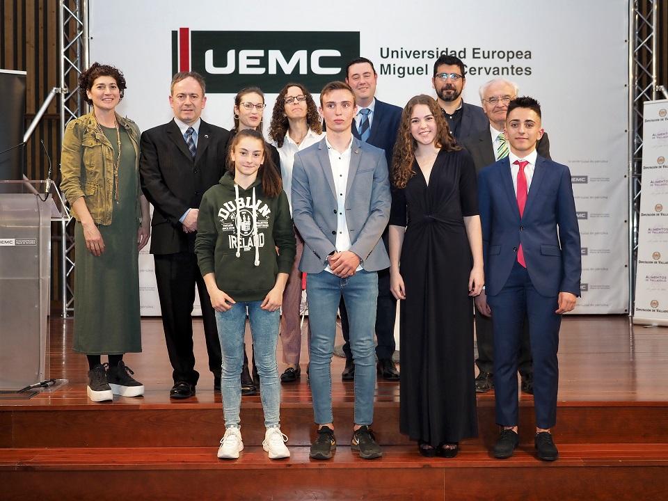 Autoridades y premiados posan  tras el acto celebrado en la UEMC. M. G. E.