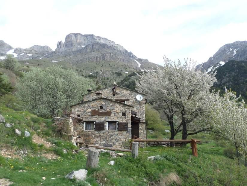 Cabana de Cian Ruscet all'inizio del sentiero che porta al Monte Mongioie