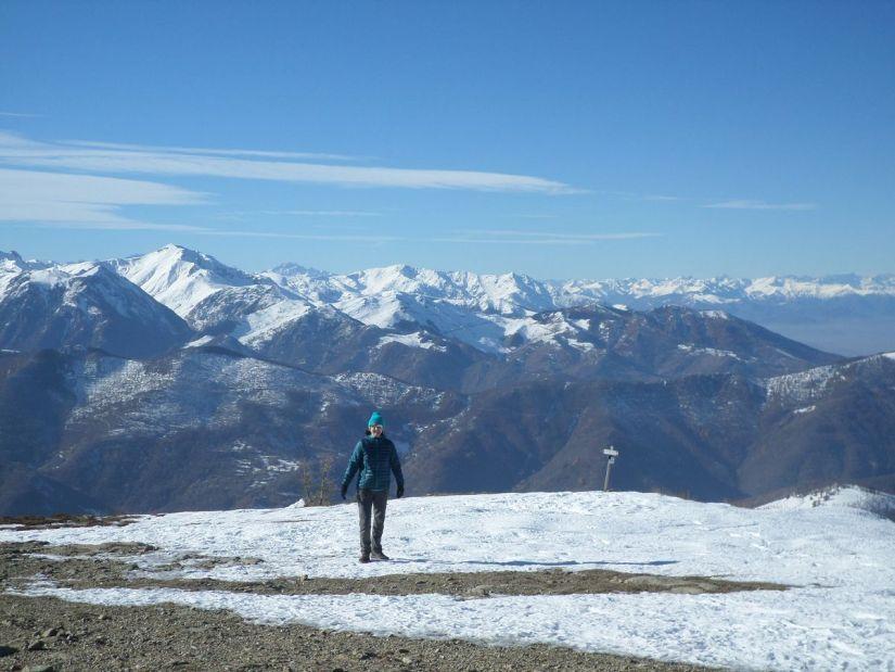 veduta a ovest dalla cima: tra il Mondolé e la costiera della Bisalta spunta il profilo dell'Argentera