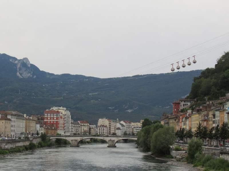 le palle della teleferica salgono alla Bastiglia a Grenoble