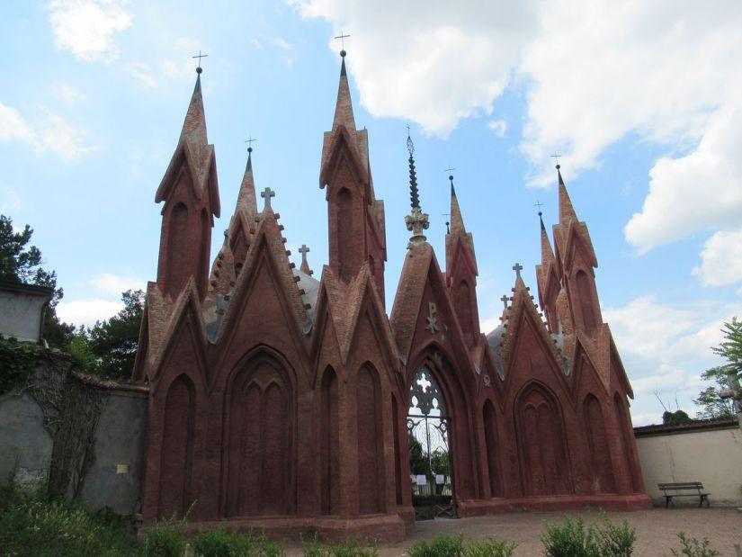 ingresso monumentale del cimitero di Dogliani