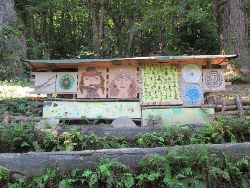 lavoretti dei bambini nell'aula nel bosco lungo il sentiero dei Sarvanot