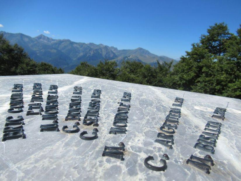 contemplando le altre vette dalla cima del Monte Alpet