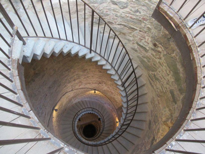 la suggestiva scalinata della torre campanaria