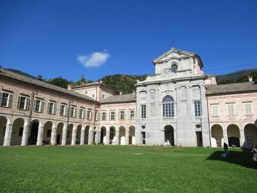 cortile interno del castello di Casotto