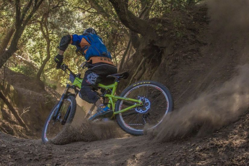 giretto nei boschi con la mountain bike