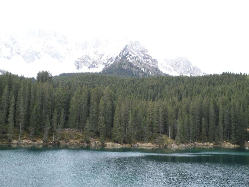 lago di Carezza e, con un po' d'immaginazione, il Latemar alle sue spalle