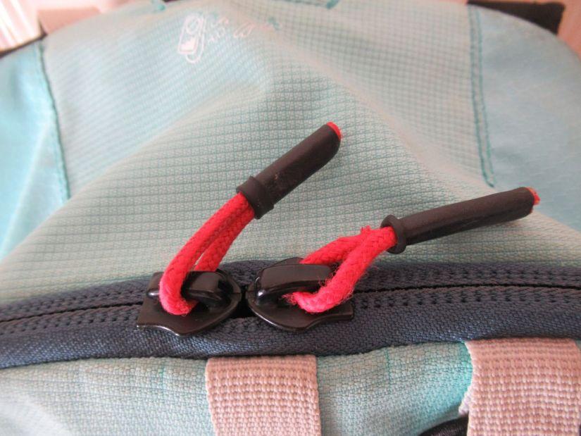 dettaglio della zip della tasca principale dello zaino Simond Alpinism 22 litri