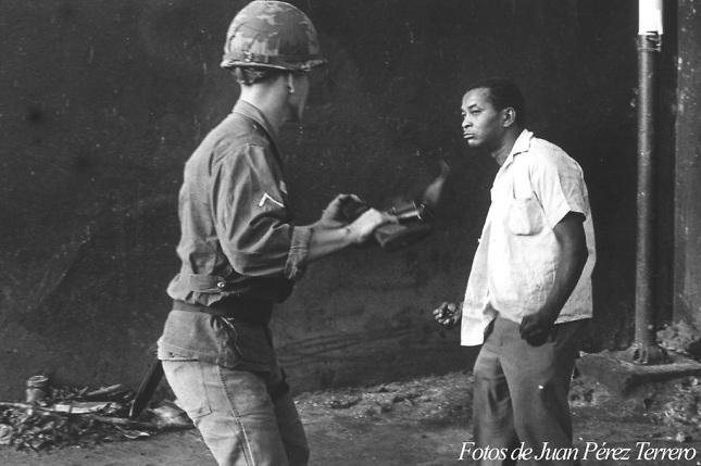 Esta foto de Juan Pérez Terrero le dio la vuelta al mundo como testimonio gráfico del rechazo de los dominicanos a la invasión militar norteamericana en 1965. Foto: Juan Pérez Terrero.